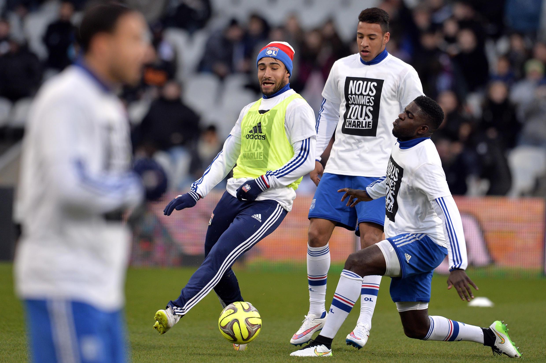 Les joueurs de l'Olympique lyonnais portent des T-shirts «Nous sommes tous Charlie» durant leur échauffement avant une rencontre de championnat contre Toulouse, le 11 janvier 2015.