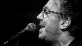 O cantor e compositor francês Bernard Fines lança disco sobre o Brasil em português.