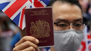 一本举着英国护照的抗议者资料图片