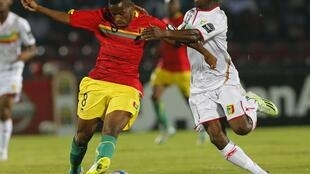 Le Guinéen Ibrahima Traoré et le Malien Abdoulaye Diaby, le 28 janvier 2015, lors du match de CAN 2015 Mali-Guinée.