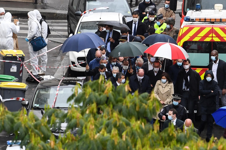 """El Primer Ministro francés Jean Castex (c.) y el Ministro del Interior francés Gerald Darmanin en el lugar donde varias personas resultaron heridas cerca de las antiguas oficinas de """"Charlie Hebdo""""."""
