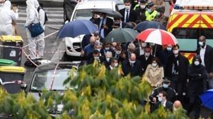 Le Premier ministre français Jean Castex (c.) et le ministre français de l'Intérieur Gerald Darmanin sur les lieux où plusieurs personnes ont été blessées près des anciens bureaux de «Charlie Hebdo».
