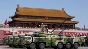 Lần đầu tiên sau nhiều năm, Trung Quốc giảm nhịp độ tăng ngân sách Quốc phòng. Ảnh: Tên lửa đạn đạo chống tàu chiến DF-21D của Trung Quốc  diễu hành ngày 3/9/2015, tại Bắc Kinh.