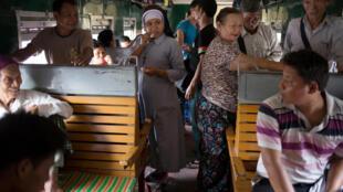 Des Catholiques de Myitkyina font le voyage en train pour Rangoon à l'occasion de la visite en Birmanie du Pape François. Photo le 23 novembre 2017