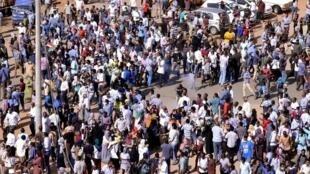 Wasu masu zanga-zanga a birnin Khartoum na Sudan.