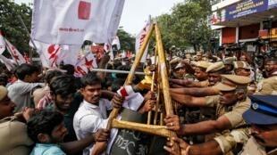 2019年12月21日,在印度東部的欽奈,反新公民身份法的示威者與警方再發衝突。