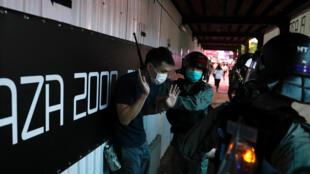 5月24日香港警察拦截疑似抗议民众资料图片