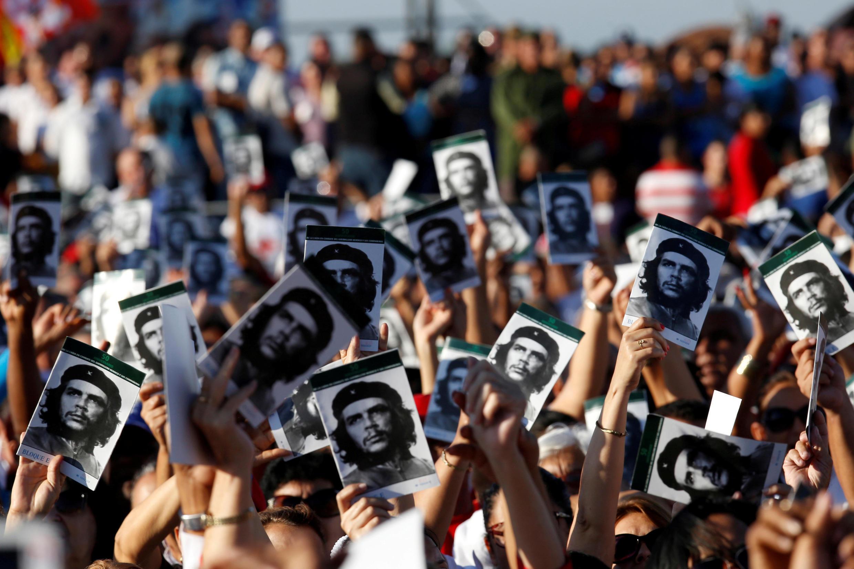 La imagen del Che Guevara sostenida por varias personas durante una ceremonia de homenaje en Santa Clara, Cuba, el 8 de octubre de 2017.