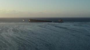 L'épave du vraquier japonais MV Wakashio, coupée en deux au large de l'île Maurice. Le ministre des Outre-Mer français Sébastien Lecornu a inspecté les lieux dimanche 16 août.