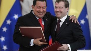 Le président vénézuélien Hugo Chavez (g) et son homologue russe Dmitri Medvedev au Kremlin, le 15 octobre 2010.