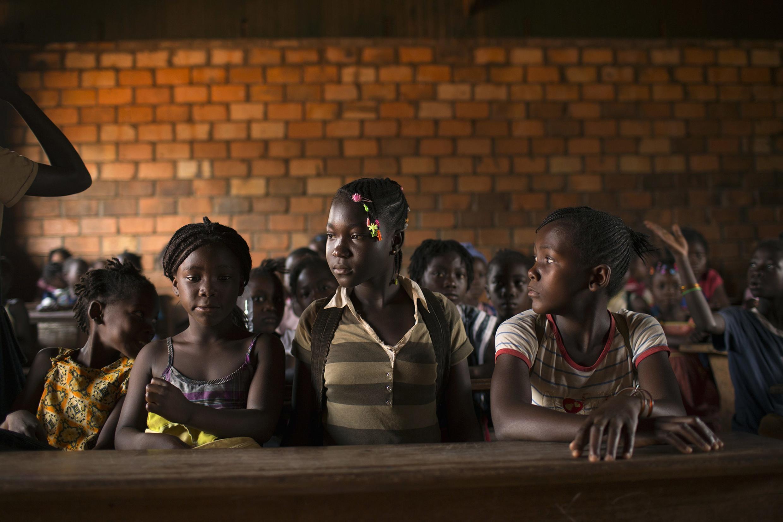 Des élèves se préparent à entrer en classe, à Bangui, le 18 mars 2014