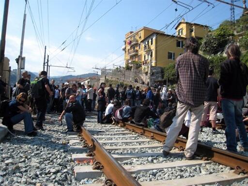 Une soixantaine de migrants tunisiens et un groupe de militants français et italiens, sur les voies de la gare de Vintimille (ville frontière italienne), le 17 avril 2011.