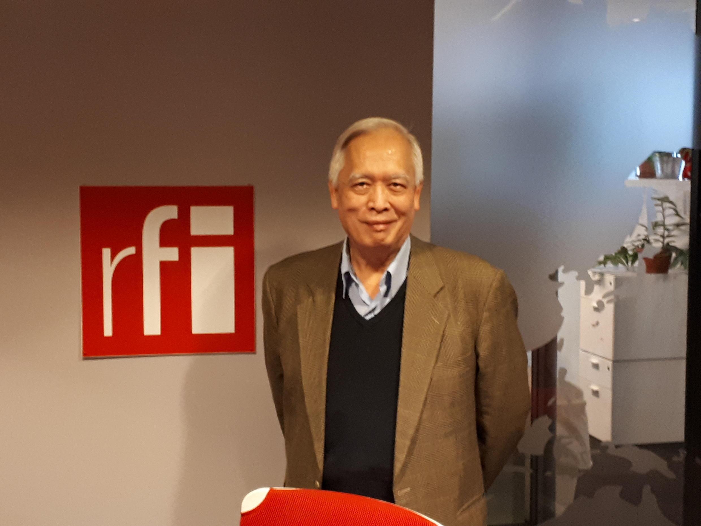 Giáo sư Trịnh Xuân Thuận tại phòng thu của RFI. Ảnh ngày 14/12/2017.