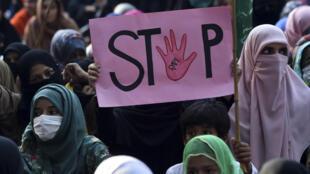 Imagen de una manifestación de militantes del partido Jamaat-e-Islami. Según las cifras oficiales, solo 0,3% de los casos de violación en Pakistán terminan en una condena