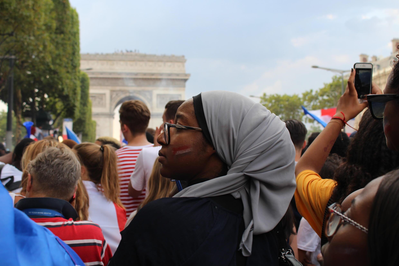 Torcedora na França na Champs-Élysées