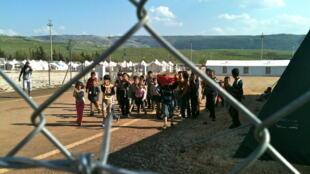Des enfants dans le camp de Reyhanli. Au loin : le territoire syrien.