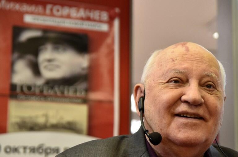 میخائیل گورباچف هنگام امضای کتاب خاطرات خود «من خوشبین خواهم ماند» در مسکو ـ ۱۰ اکتبر ۲۰۱٧