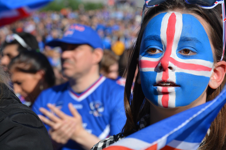Torcedores islandeses acompanham derrota da seleção contra a França pela Eurocopa.