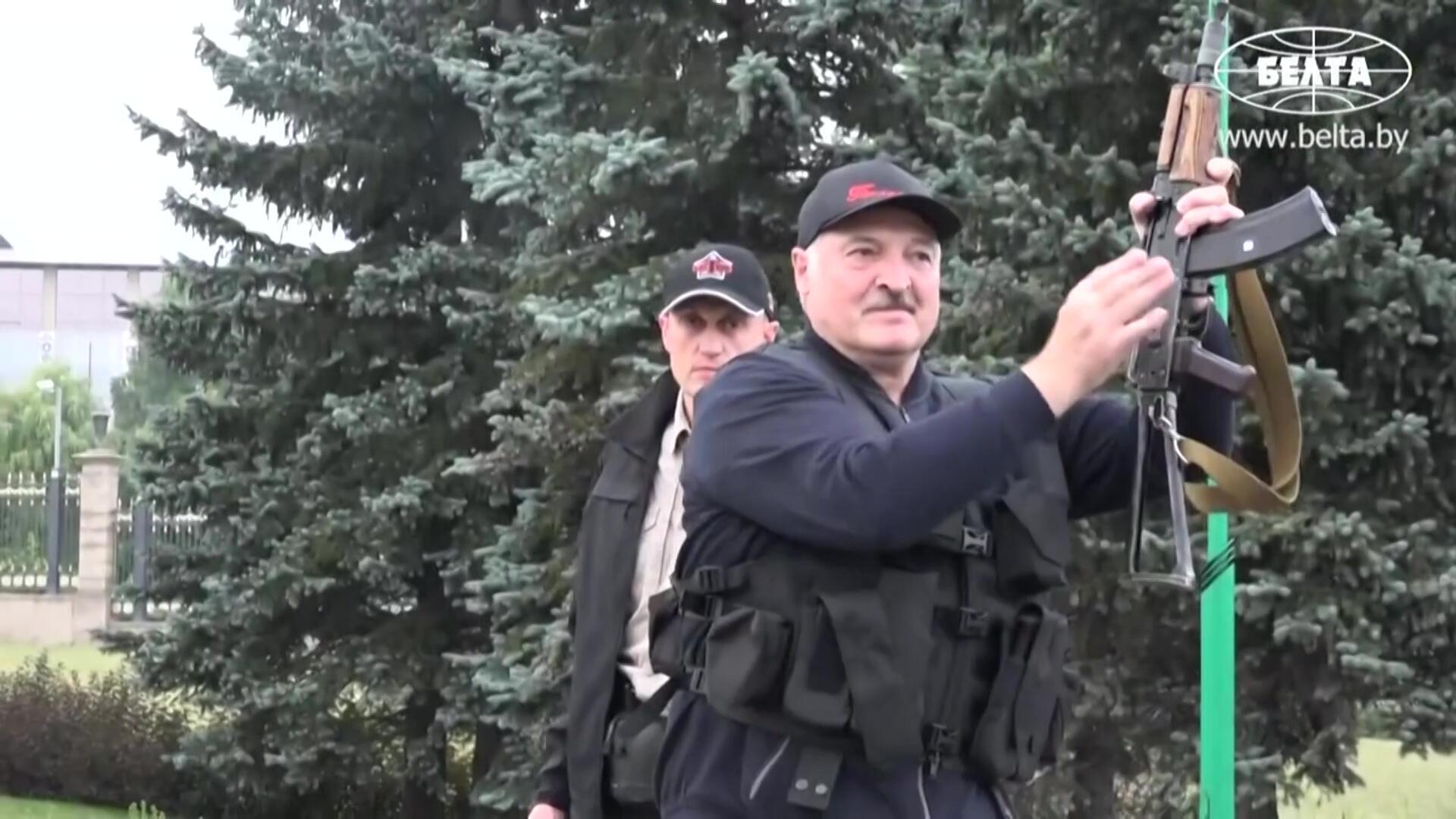 Ранее сам Александр Лукашенко, чью легитимность в качестве президента не признают протестующие, уже демонстрировал свою готовность применить оружие. Минск. 24.08.2020