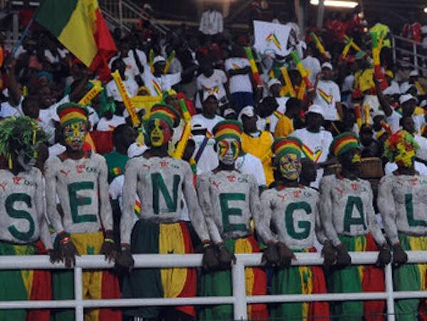 Mashabiki wa timu ya Taifa ya Senegal wakishuhudia timu yao ikiaga mashindano hapo jana