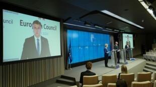La présidente de la Commission européenne, Ursula Von Der Leyen, le président du Conseil européen Charles Michel et le Premier ministre croate Andrej Plenkovic à l'issue du sommet européen en format vidéoconférence, à Bruxelles, Belgique le 19 juin 2020.