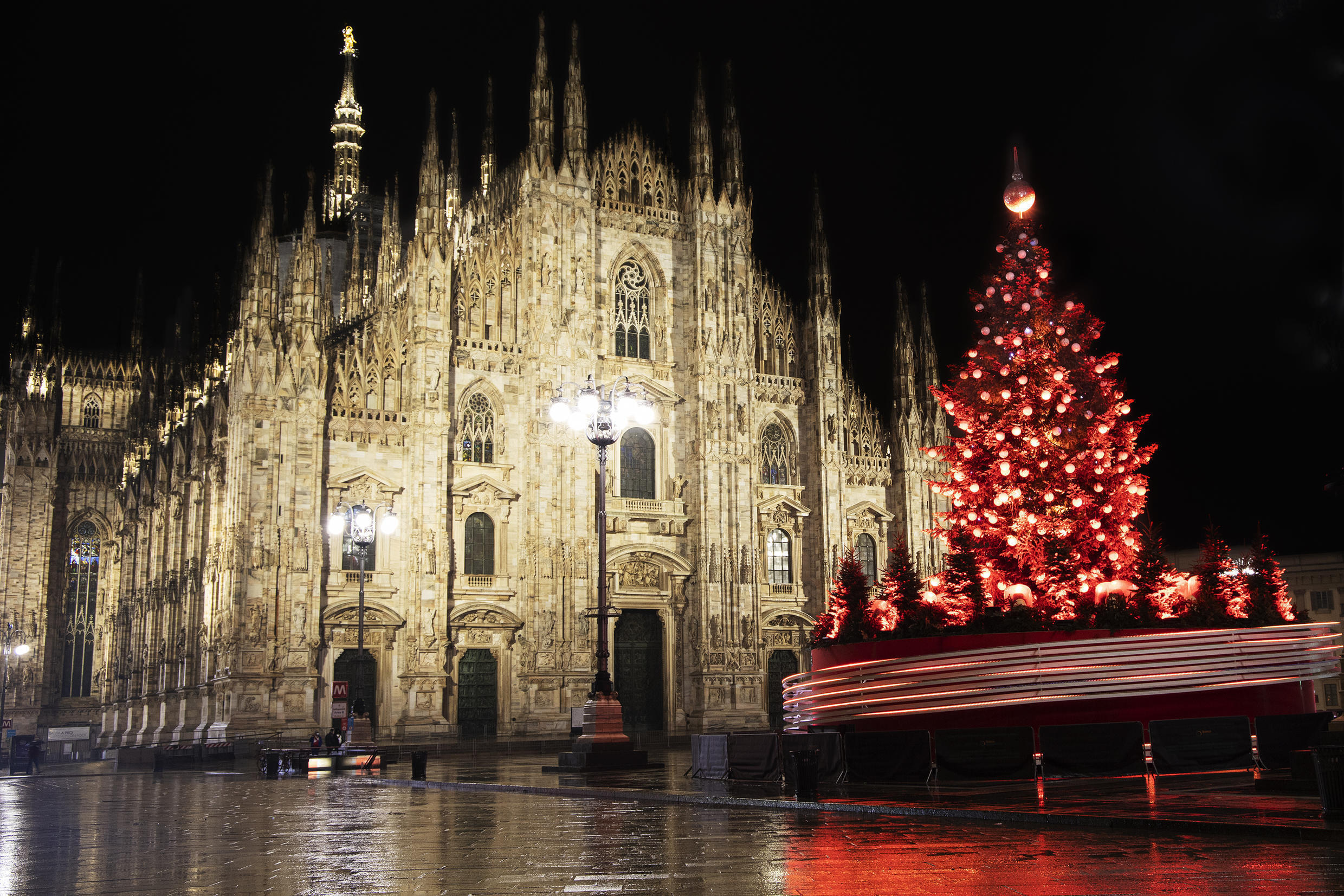 2020-12-11 italy milan Duomo Square The Tree of Gift for Christmas 2020