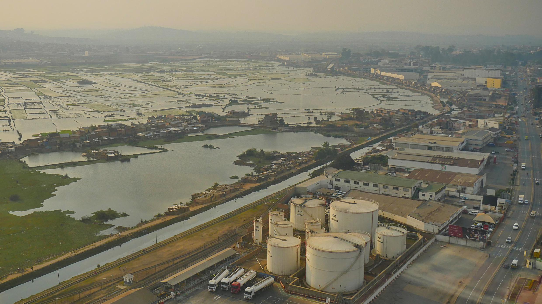 Ankorondrano. L'une des zones industrielles de la capitale où zones franches (textiles), dépôt d'hydrocarbures et sièges sociaux de grosses entreprises se côtoient.