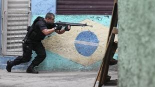 Un policía corre por la favela de Jacarezinho, en Rio de Janeiro, el 24 de noviembre.
