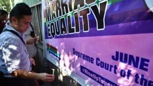 Các thành viên cộng đồng đồng tính LGBT biểu tình trước Tòa Án Tối Cao Philippines, ngày 19/06/2018.