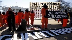 Manifestation d'Amnesty International devant la Maison Blanche le 11 janvier 2016, pour la fermeture de la prison de Guantanamo.