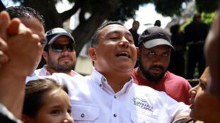 Le pasteur Javier Bertucci, candidat à la prochaine l'élection présidentielle en campagne à Caracas, le 13 mai 2018.