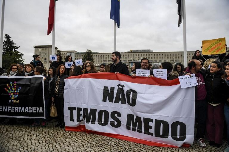 Infirmier(e)s en grève à l'hôpital Santa Maria de Lisbonne : «Nous n'avons pas peur» peut-on lire sur la banderole, le 8 février 2019.