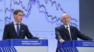 Jyrki Katainen, commissaire européen chargé des Emplois, de la Croissance, de l'Investissement et de la Compétitivité (g) et Pierre Moscovici commissaire européen aux Affaires économiques et monétaires, ce mardi à Bruxelles.