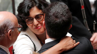 El primer ministro Manuel Valls (D) abraza a la ministra de Trabajo Myriam El Khomri (C) tras imponer la reforma laboral.