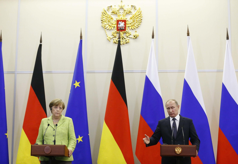 Ангела Меркель и Владимир Путин на пресс-конференции в Сочи, 2 мая 2017.