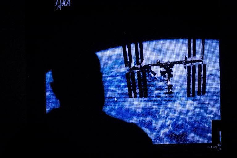 Une image du premier nano-satellite kényan (CubeSat) qui vient d'être envoyé dans l'espace est projetée au public depuis l'ISS à l'université de Nairobi, au Kenya, le 11 mai 2018.
