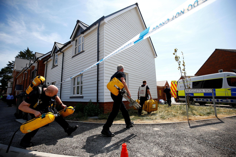 Conjunto habitacional em Muggleton Road é inspecionado pela polícia depois que foi confirmado que duas pessoas haviam sido envenenadas com o agente nervoso Novichok, em Amesbury, na Inglaterra.