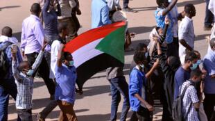 Wasu masu zanga-zanga a Sudan.