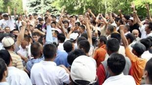 Quirguizes da capital Bishkek se reúnem para organizar missão de apoio ao sul do país.
