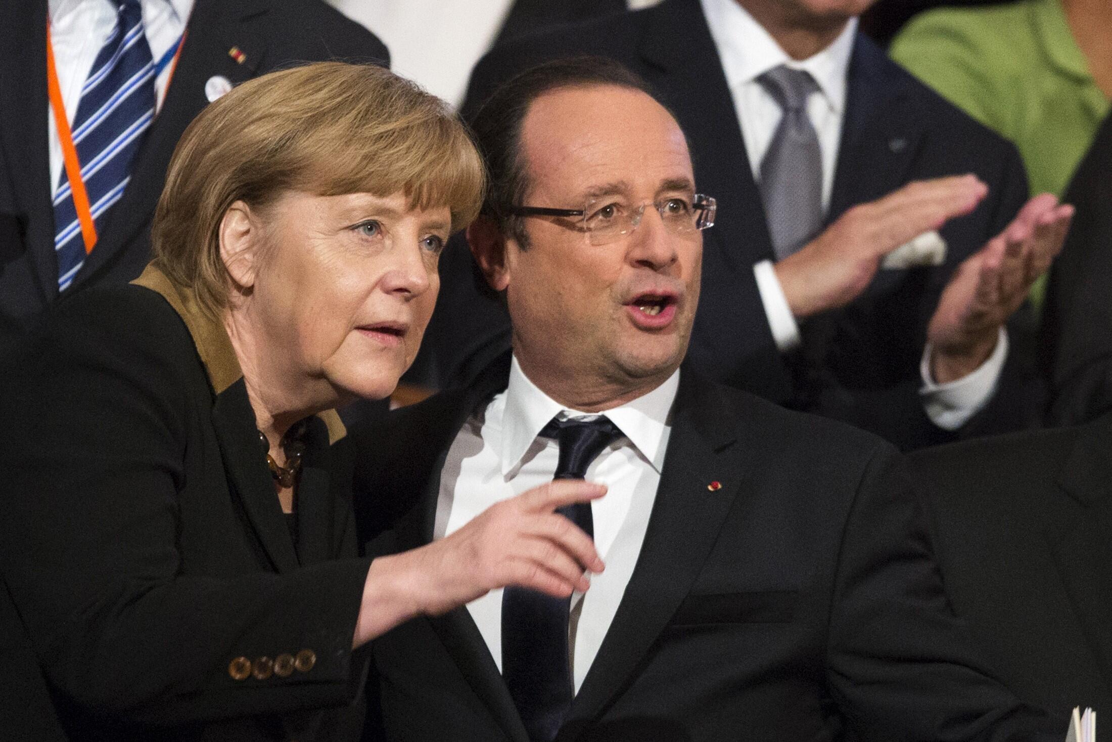 Angela Merkel e François Hollande, ambos fãs de futebol, vão aproveitar o amistoso para falar das contas da União Europeia.
