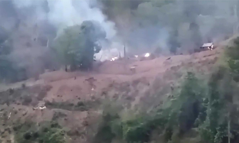 En esta imagen realizada a partir de un vídeo de Transborder News, humo se eleva desde un campamento del ejército de Myanmar cerca de la frontera de Myanmar y Tailandia el martes 27 de abril de 2021. Los guerrilleros de la etnia Karen dijeron que capturaron una base del ejército de Myanmar el martes, en lo que representa una acción de quienes se oponen al golpe de  Estado militar en febrero.