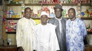 Kassé Mady Diabaté (en blanc) entouré, de gauche à droite, de Lansiné Kouyaté (balafon), Makan Badjé Tounkara (ngoni) et Ballaké Sissoko (kora).