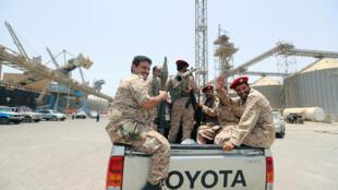 Rebeldes hutis numa carrinha na retirada do porto de Salif e de Hodeida no Iémen