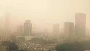 圖為網絡刊發成都12月霧霾籠罩照片