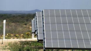 Painéis da usina de energia solar no sertão do Ceará, estado onde será implementado o projeto Apodi.