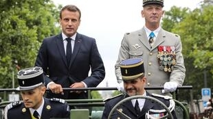 国庆节马克龙在一辆Acmat VLRA中与法军总参谋长Francois Lecointre驶过香街