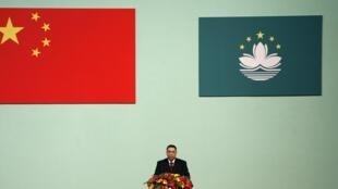 资料图片:2009年12月20日,崔世安在澳门特首宣誓就职仪式上发表就职演说。