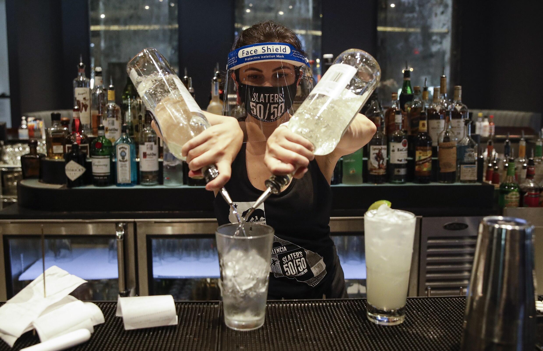 Le gouverneur de la Californie, Gavin Newsom, lundi 13 juillet 2020, a prolongé la fermeture des bars et des restaurants à l'intérieur de l'État. Les cas de coronavirus continuent d'augmenter dans cet État le plus peuplé du pays.