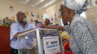 Une Martiniquaise vote à Fort-de- France en Martinique, le 10 janvier 2010.