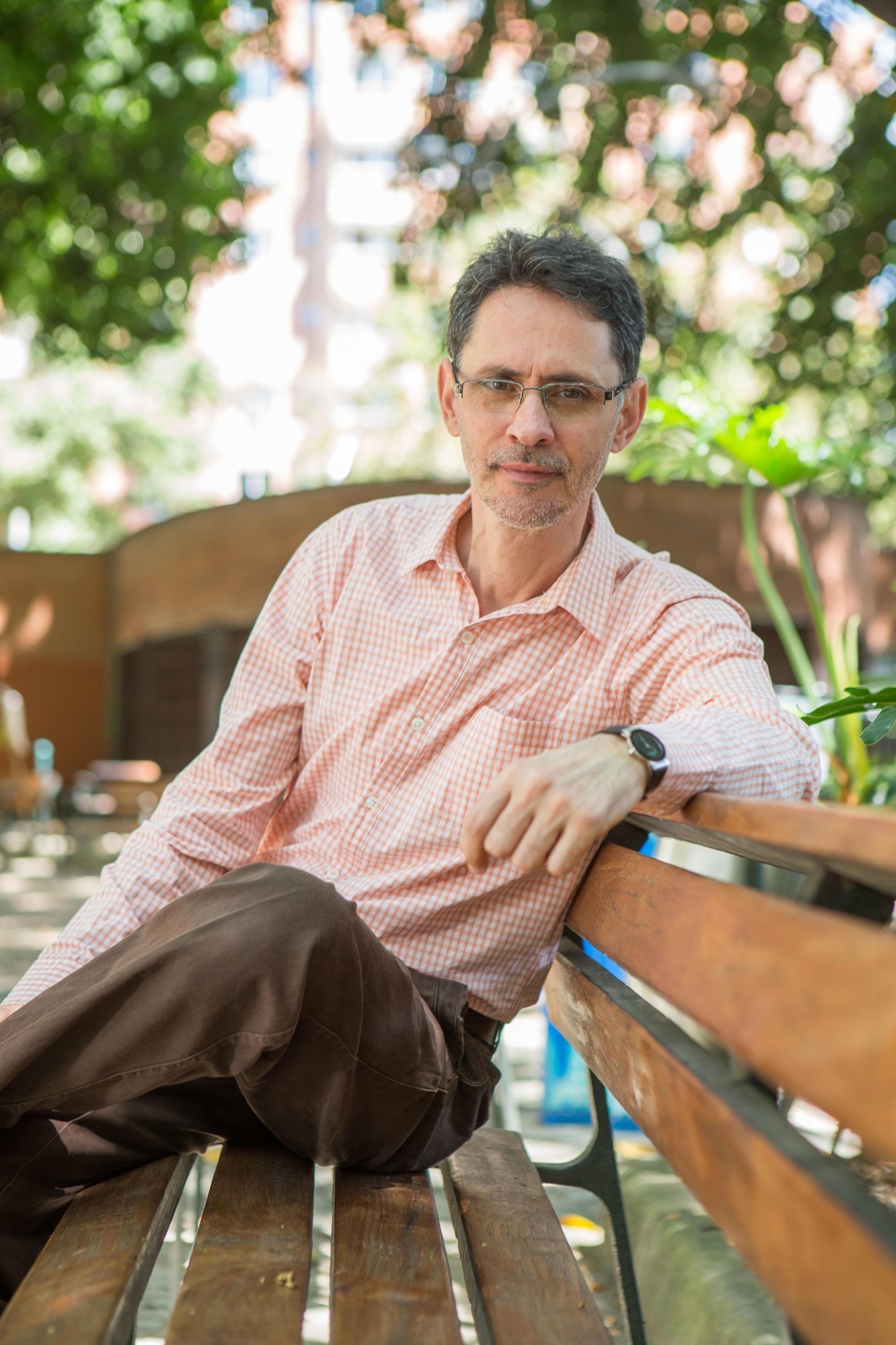 El escritor colombiano Pablo Montoya fue galardonado con el premio Rómulo Gallegos 2015.